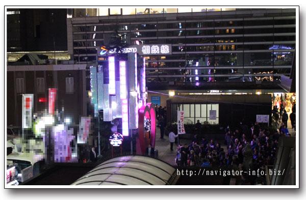 横浜駅西口高島屋前のイルミネーションタワー混雑
