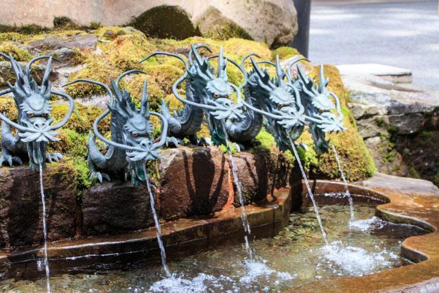 九頭龍の龍の口から出ている お水