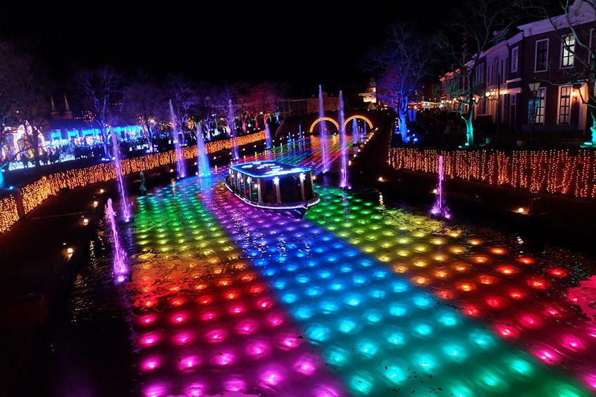 ハウステンボスのイルミネーション光と噴水の運河