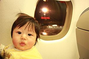 飛行機に赤ちゃんはいつから乗れる?